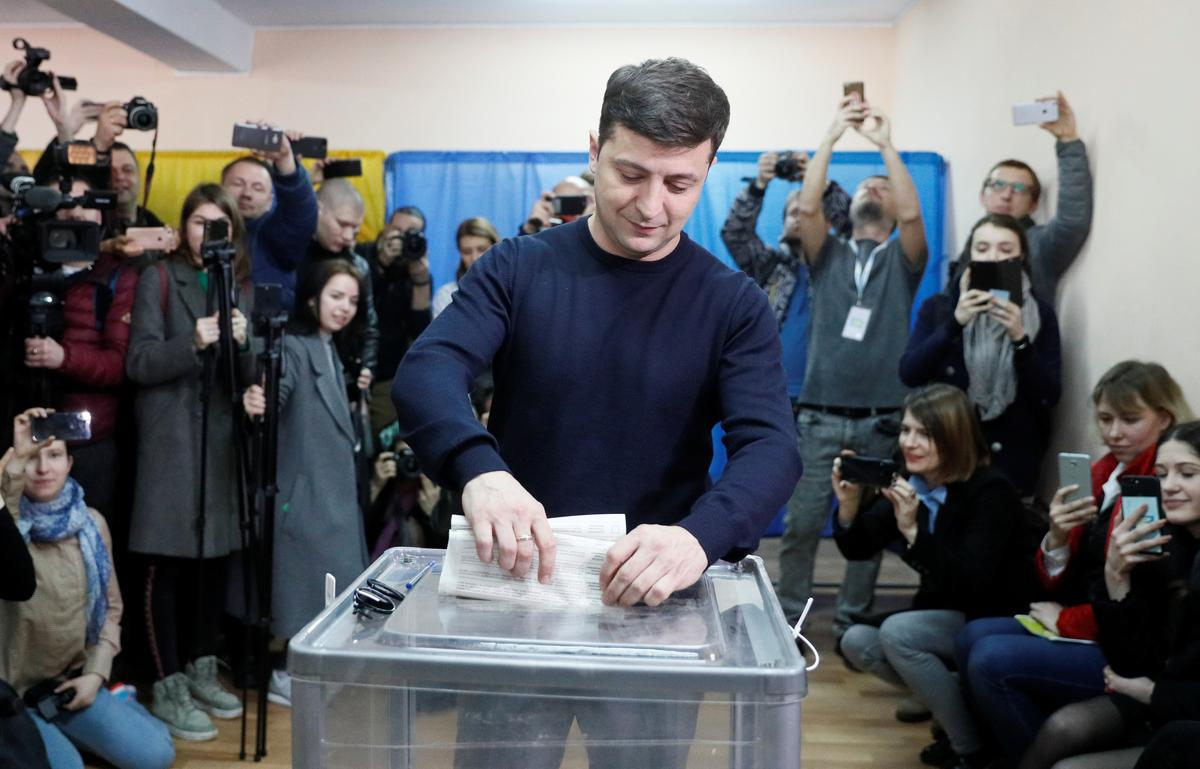 Comedian is center stage as Ukraine holds presidential vote