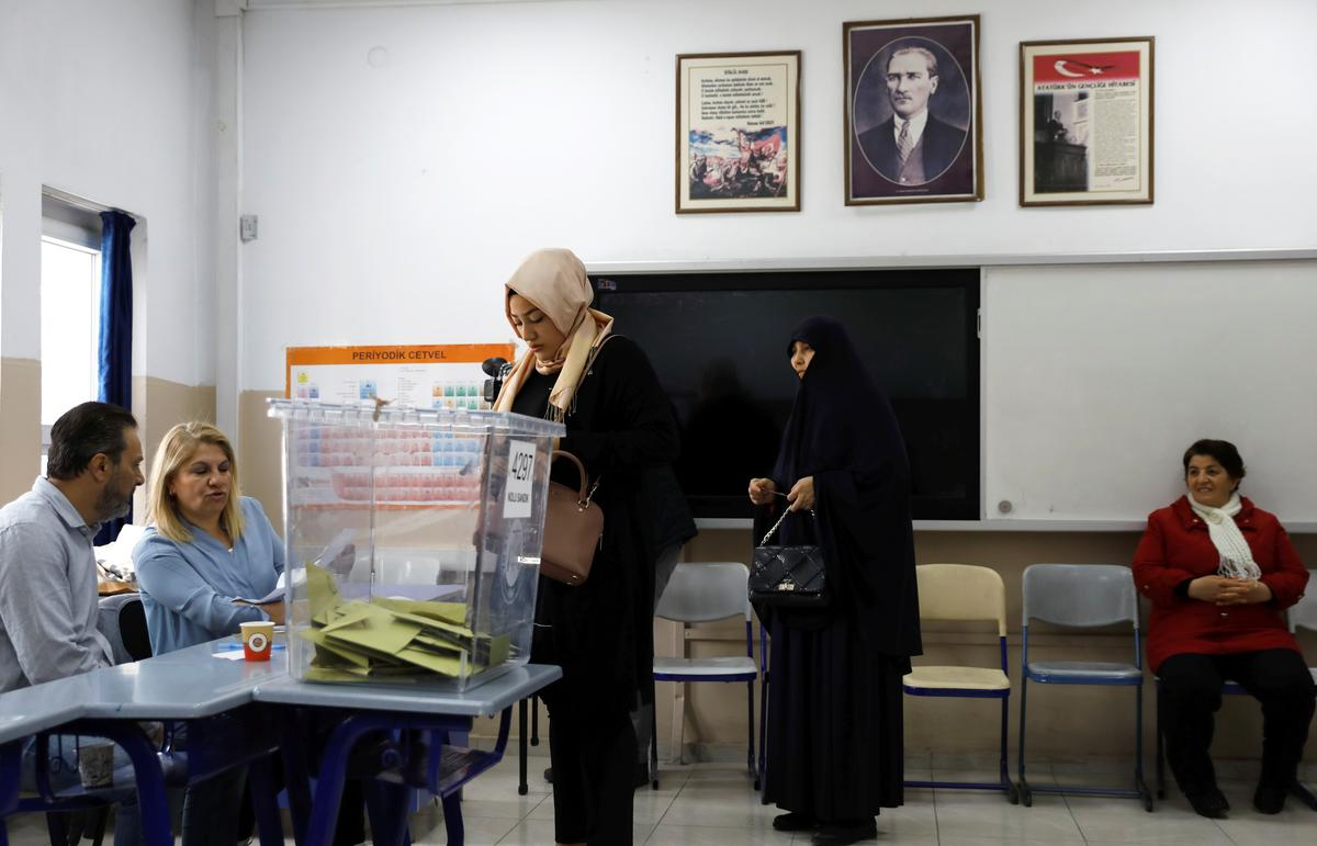 Turks begin voting in local polls which Erdogan could lose in big cities